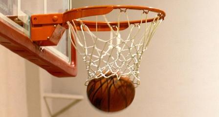 basketbalový míč v koši